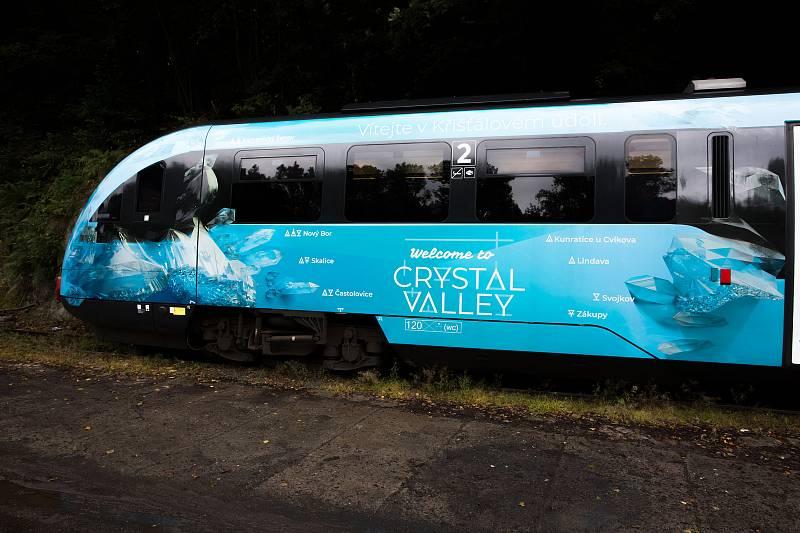 Na nádraží v Železném Brodě pokřtili čistou vodou vlakovou soupravu v barvách Křišťálového údolí.