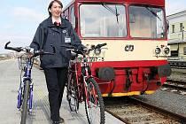 Na Turnovském nádraží stále funguje půjčovna kol i přes to ,že lidé je vracejí mnohdy v žalostném stavu. Na snímku obsluha půjčovny Eliška Klučáková. V Tanvaldu půjčování zrušili.