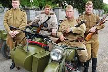 Členové militari klubu v dobových uniformách Rudé armády.