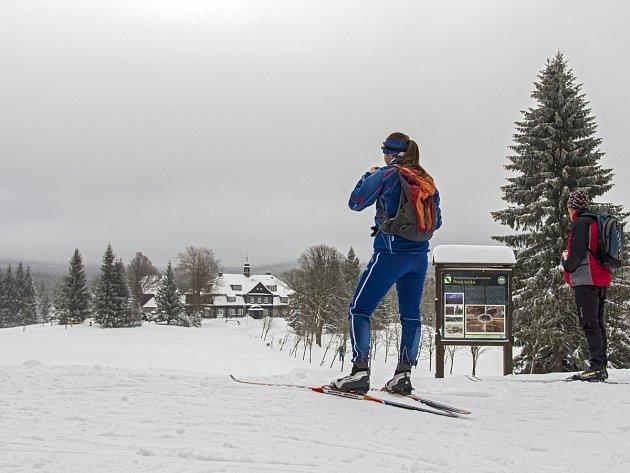 Běžkaři se občerstvují u Šámalovy chaty