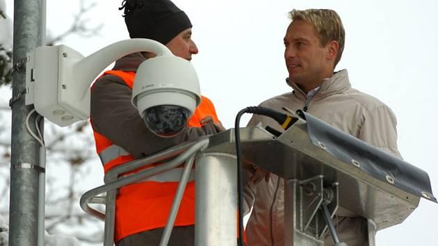Starosta Desné Marek Pieter na plošině dohlíží na instalaci nové kamery.