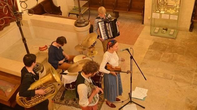 V synagoze proběhl koncert pražské klezmerové skupiny Holinky.
