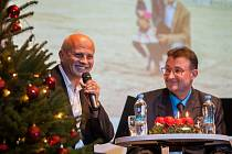 Adventní setkání s Michalem Horáčkem proběhlo 15. prosince v Hotelu Praha v Jablonci nad Nisou. Na snímku zleva je Michal Horáček a moderátor večera Jan Štol.