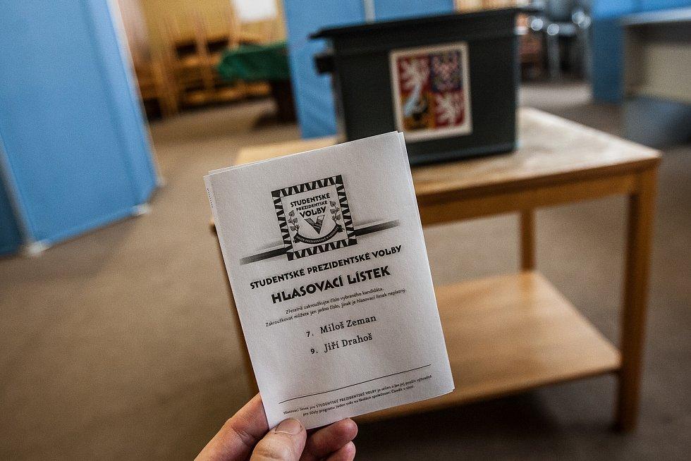 Studentské prezidentské volby začaly 16. ledna na Gymnáziu Dr. Antona Randy v Jablonci nad Nisou. Pokračovat budou i následující den, kdy budou ve večerních hodinách zveřejněny výsledky hlasování.