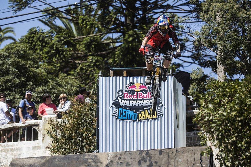 Po skvělé jízdě se třicetiletý Tomáš Slavík z České republiky zapsal do historie a obhájil  vítězství na Red Bull Valparaiso Cerro Abajo 2018.