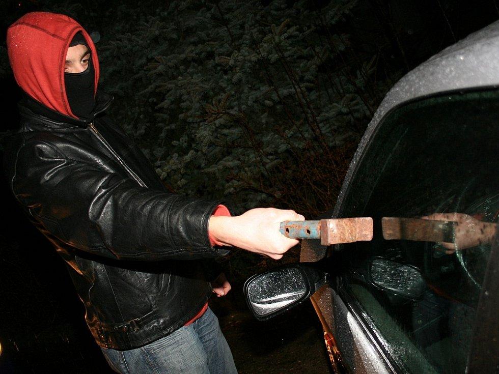 Vloupání a krádež vozidla. Ilustrační snímek.