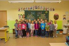 Prvňáci ze Základní školy Roztoky u Jilemnice se fotili do projektu Naši prvňáci. Na snímku je s nimi třídní učitelka Silvia Křížková.