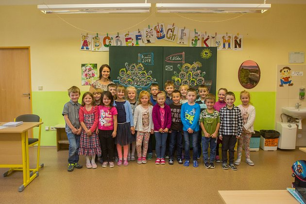 Prvňáci ze Základní školy Roztoky uJilemnice se fotili do projektu Naši prvňáci. Na snímku je snimi třídní učitelka Silvia Křížková.