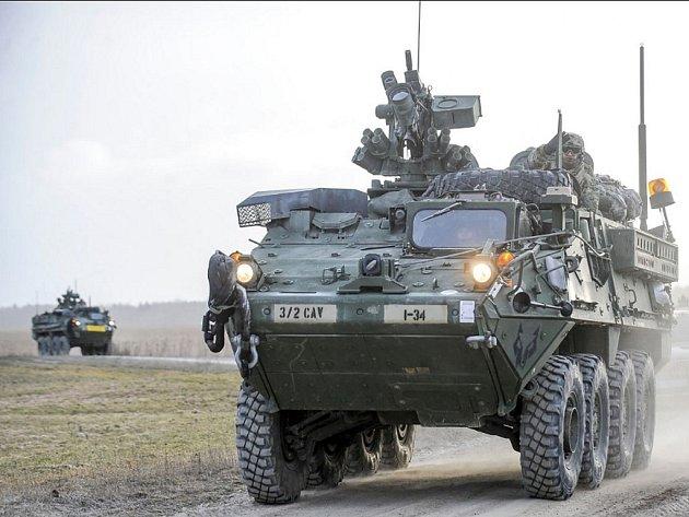 Kolový obrněný transportér Stryker.