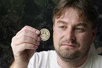 Starosta Janova n. N. Daniel David - na snímku s pamětní medailí vydanou k výročí Janova