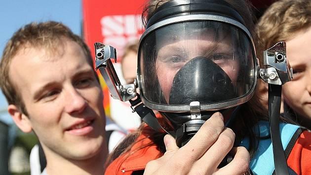 Na Základní škole v Arbesově ulici měly děti možnost seznámit se s Integrovaným záchranným systémem. Své umění a techniku předvedli hasiči a policisté. Na snímku Denisa Bartoňová testuje masku Radka Wagnera.