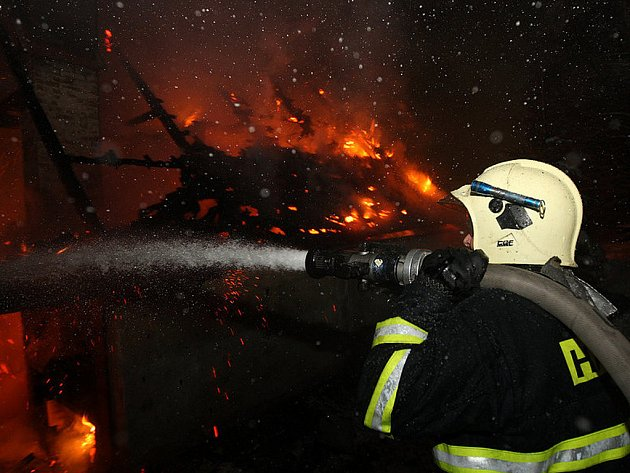 Dům v Bedřichově na Jablonecku z velké části roubený však utrpěl při nedělním požáru velké škody.