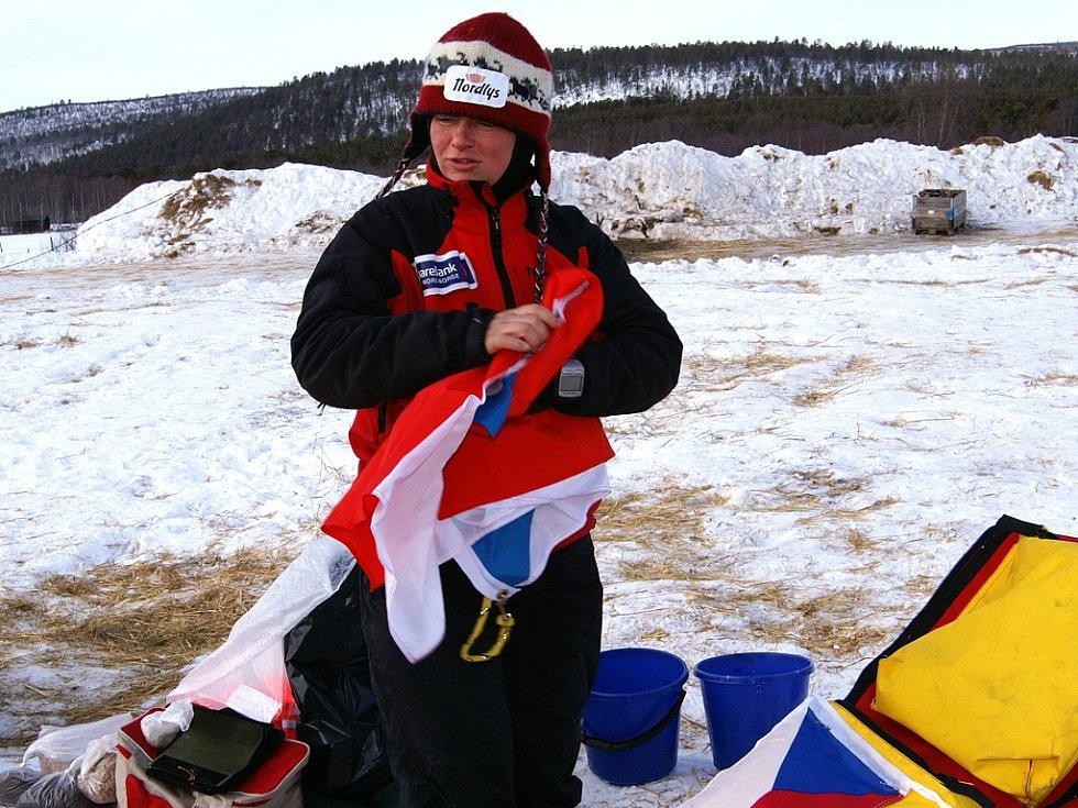 Jana Henychová z Horního Maxova se svou smečkou huskies dosáhla cíle extrémního závodu Finnmarksløpet 2009 v norské Altě. 1060 kilometrů zvládla za 8 dní, 16 hodin a 8 minut.  Henychová Připravuje českou vlajku při zastáce v Karasjoku.