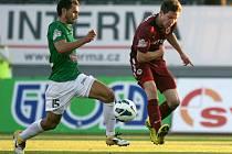 Sparta vyhrála v Jablonci 2:1 a je v čele Gambrinus ligy. Na snímku Luboš Loučka z Jablonce a Tomáš Přikryl ze Sparty.