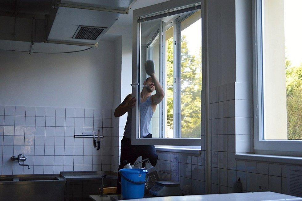 Odsouzení, kteří tráví svůj trest ve Věznici Rýnovice, vychází ven na bezplatné brigády. Sečou trávu, ale myjí i okna.