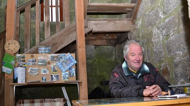 Kamenou rozhlednu Bramberk město Lučany koupilo v dražbě v první polovině roku 2014.  Vstupenky tu prodává Emil Kasal.
