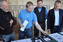 Josef Oplištil (modré tričko) popisuje primátoru Petru Beitlovi, tajemníkovi města Marku Řeháčkovi a akademickému sochaři Jiřímu Dostálovi jednotlivé návrhy. Při výběru nechyběla ani ředitelka školy Martina Picko Baumannová.