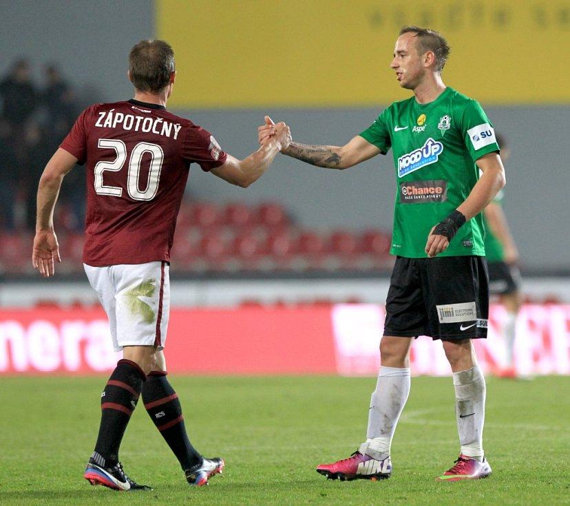 Jablonec hrál na Spartě 2:2. Na snímku Tomáš Zápotočný ze Sparty a Tomáš Jablonský z Jablonce.