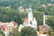 FOTO č. 2. Dominanty měst a obcí tvoří zejména kostely. Jak se jmenuje tento a kde od začátku minulého století stojí?