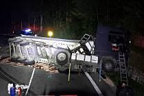 Havárie kamionu u Desné.