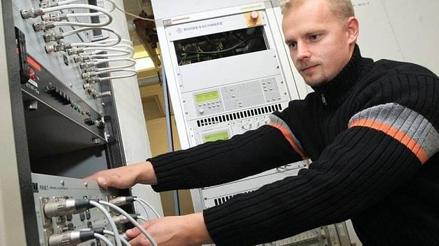 Analogové vysílání pomalu končí. Na snímku technik Martin Kumšta na vysílači Buková hora.