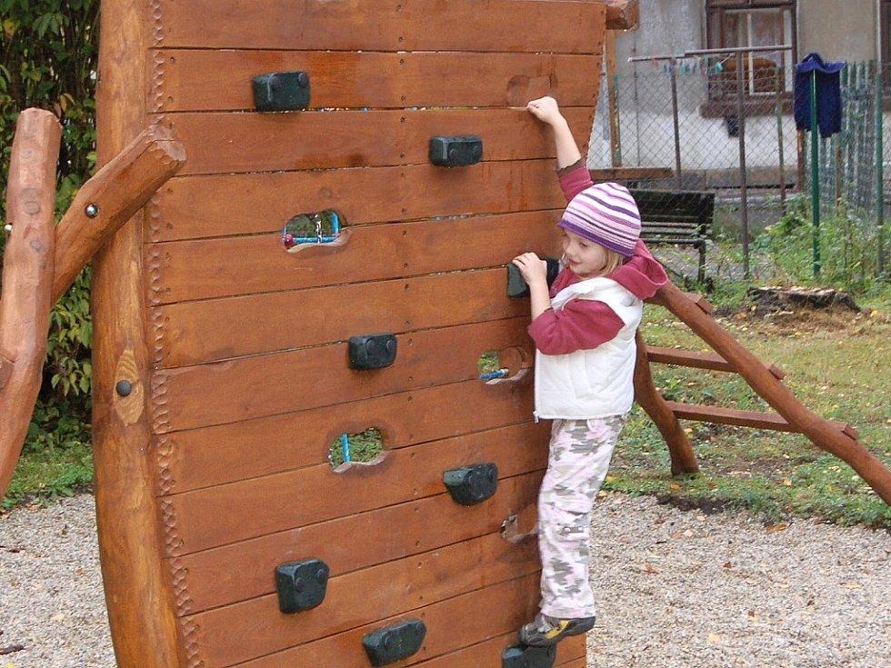 I díky dotaci z programu Škola pro udržitelný život byly na zahradě MŠ Průmyslová v Železném Brodě instalovány nové hrací prvky.