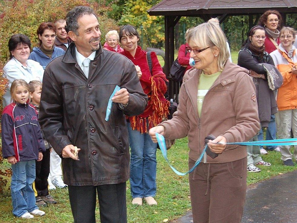 I díky dotaci z programu Škola pro udržitelný život byly na zahradě MŠ Průmyslová v Železném Brodě instalovány nové hrací prvky.  Pásku přestříhla ředitelka Hana Poláková a starosta Václav Horáček.