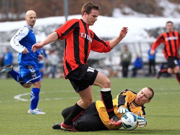 Desná v prnvím jarním zápase na domácím hřišti zdolala favorizovaný Hrádek (v modrém) 3:2.