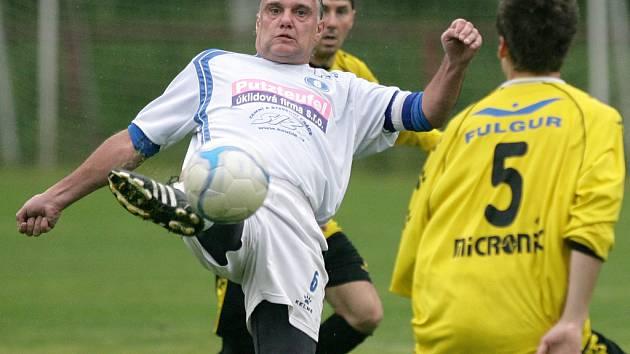 Velké Hamry B doma remizovaly s Pěnčínem B (ve žlutém) 1:1.