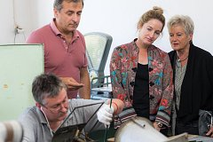 Jannie Baltzer sleduje precizní ruční výrobu komponentů v jablonecké Preciose.