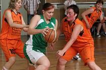 Jablonecké basketbalistky porazily ženy Pelhřimova 94:74. Na snímku domácí Lucie Kalinová (v zeleném) proniká skrz dvojici hostujících hráček Zabloudilové (č. 10) a Kmochové.
