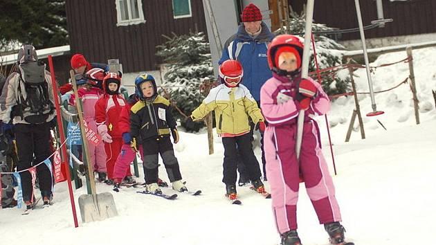 V lyžařské školce na Severáku děti pilují lyžování pod dohledem instruktorů Blanky Hruškové, Karla Černého a Tomáše Huswita.