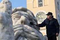 Na jilemnickém rynku vyrostla jako již tradičně několikametrová socha sedícího Krakonoše. Jak říká autor Dufek je to dvacet pět hodin čistého času ve dvou lidech. Stavbu totiž realizuje s panem Seibertem.