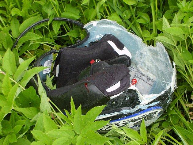 Přilba motorkáře, který v květnu zemřel v zatáčkách nad Železným Brodem.