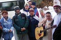I včera vyrazila sestra Goretti (s kytarou) a sestra Hedviga (v čelence) spolu se svými svěřenci z Domova Maxov na tříkrálovou koledu.