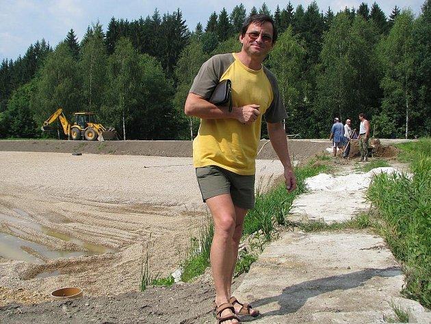 Zdeněk Hudec stojí na hrázi mezi dvěma poli kořenové čističky v Zásadě. Za ním třetí pole, které je ve výstavbě