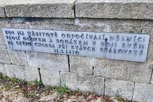 """Na držkovském hřbitově odpočívají také dělníci """"padlí olovem a bodákem v boji svém za skývu chleba při stávce svárovské 31. března 1870"""", jak praví text, zachovaný z původního památníku."""