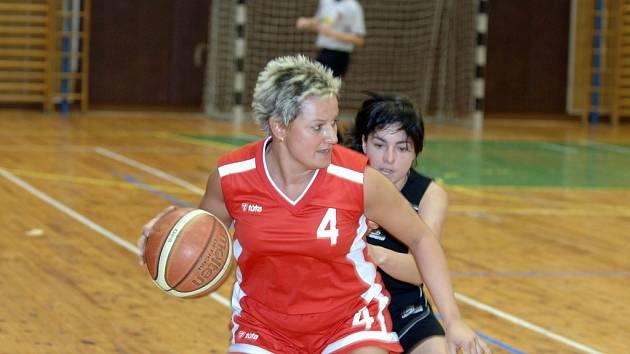 Vlevo hráčka TJ JEKA Včelišová Lenka a vpravo hráčka domácích Císařová Martina v sobotním utkání v Jablonci.