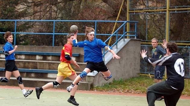 Domácí hráč Jan Trejbal při útoku.