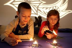 V ateliéru v Muzeu skla a bižuterie vyráběly děti ze základní školy hvězdy z hliníkových kalíšků a korálků, které nakonec rozmístily na stůl a užily si tajemné chvíle při zapálených svíčkách. Vyrobené hvězdy si děti odnesly domů.