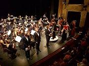 Závěrečná scéna ze Smetanovy Prodané nevěsty - Operní gala v Jablonci.