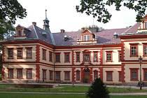 Jednou zpozoruhodných pamětihodností vJilemnici je výstavná budova zámku vrenesančním slohu, která je chráněná coby kulturní památka České republiky.