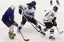 Utkání NHLA HC Mosty – HC Vorvani Liberec (v bílém) 3:4.