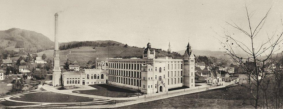 V Dolní Smržovce byla na konci 19. století vybudována přádelna firmy Johanna Priebsche, zvaná Klášter, kde název plně koresponduje s impozantní architektonickou kvalitou fasád a přilehlého komínu, který lze zařadit mezi nejpropracovanější a nejhodnotnější