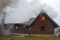 Roubený rekreační srub začal hořet na druhý svátek vánoční v Hvězdově, části obnce Ralsko.