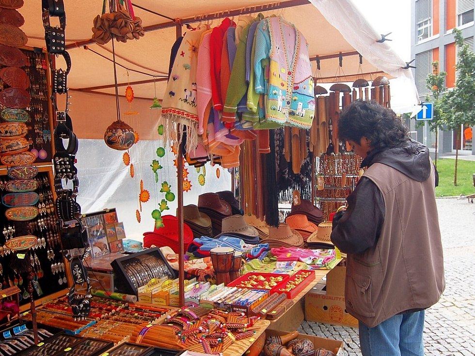 Tradiční letní prodejní trhy před jabloneckým Eurocentrem vrcholí ve středu.