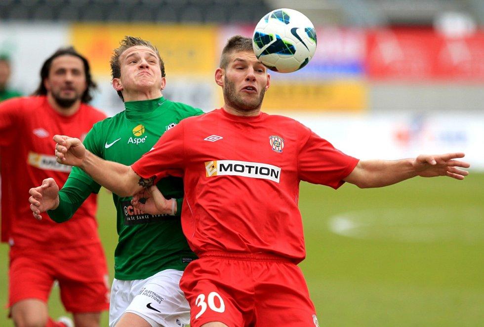 Jablonec porazil doma Brno 2:0. Na snímku Jan Kopic z Jablonce a Martin Husár z Brna.