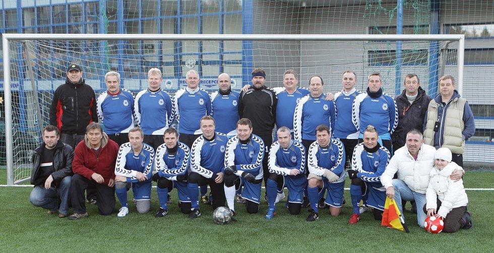 Předsilvestrovské derby starých gard Liberce (v modrém) a Jablonce.