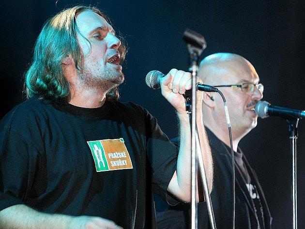 Ve velkém sále jabloneckého Eurocentra vystoupila hudební skupina J.A.R. Dan Bárta, Michael Viktořík a Oto Klempíř. Příznivci kapely zaplnili sál v Eurocentru, některým však zkazila náladu nekonečná fronta u baru.