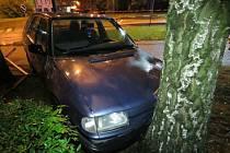 Řidič, který nezvládl řízení vozidla na kruhovém objezdu, nadýchal přes dvě promile.